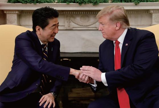 한국에 대한 규제에 앞서 아베 일본 총리(왼쪽)와 트럼프 미국 대통령의 교감 있었다는 추측이 나온다. / 사진:연합뉴스