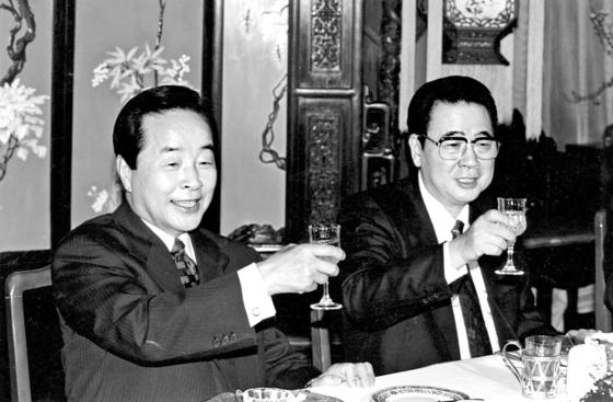 1994년 3월 29일 방중한 김영삼 대통령이 리펑 총리와 만찬에서 건배를 하고 있다. [중앙포토]