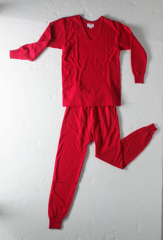 난방이 제대로 되지 않던 시절, 첫 월급을 타면 부모님께 드리는 선물 1순위가 빨간 내복이었다. [중앙포토]