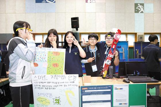 지난달 부천 내동중학교에서 열린 '메이커 축제'에서 학생들이 발표를 하고 있다. 삼성물산 임직원들이 발표를 듣고 멘토링을 했다. [사진 삼성물산]