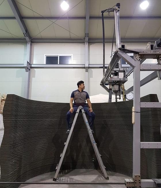 신동원 코로나 사장. 그 뒤에는 3D 프린터로 제작한 콘크리트 구조물이 서 있다. [사진 코로나]