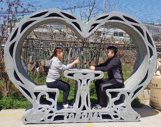 코로나가 3D 프린터로 만든 콘크리트 구조물. 신동원 사장과 그의 아내가 들어가 있다. [사진 코로나]