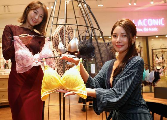 서울 서초구 신세계백화점 강남점 란제리 편집숍인 '엘라코닉'에서 모델들이 와이어가 없는 여성 속옷인 '브라렛'을 선보이고 있다. [뉴스1]