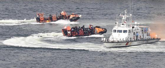 해경 특수기동대원들이 23일 열린 '불법 외국어선 단속 경연대회'에서 훈련을 하고 있다. 해경의 50톤급 함정(오른쪽)이 외국 어선 역할을 맡았다. 인천=최승식 기자