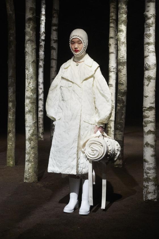올 가을겨울용 아웃도어 룩으로 선보인 몽클레르 지니어스 중 '4 시몬 로샤' 컬렉션. 풍성한 패딩 볼륨을 얇은 끈으로 조절한 실루엣과 러플·레이스·진주장식 등을 사용한 것이 특징이다.