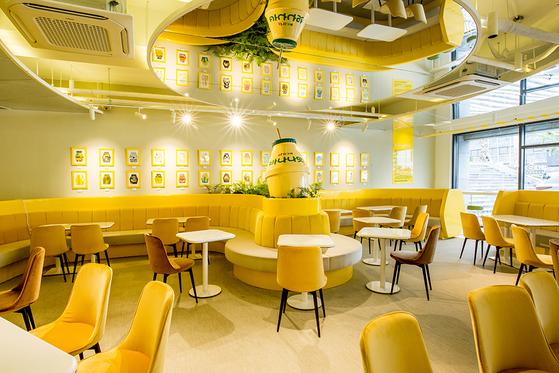빙그레가 연 '옐로우카페 제주'의 모습. 바나나맛우유를 활용한 다양한 음료를 맛볼 수 있다. [사진 빙그레]
