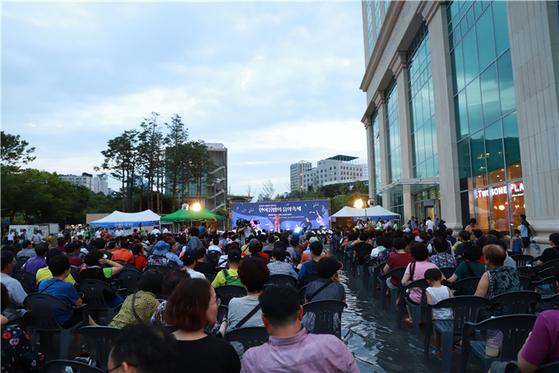세종대 대양AI센터 거울연못에서 열린 '한여름밤의 음악축제' 모습