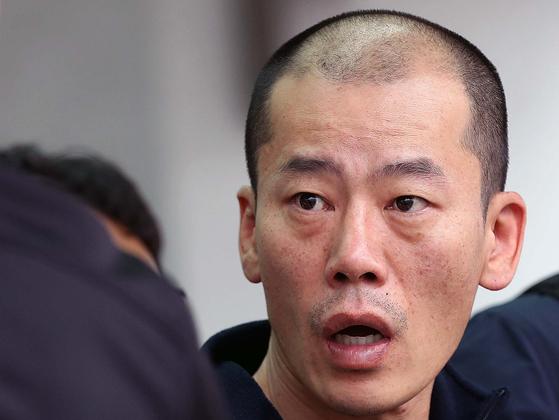 진주 아파트 방화·살인 혐의로 구속된 안인득(42)이 병원을 가기 위해 19일 오후 경남 진주경찰서에서 이동하고 있다. [연합뉴스]
