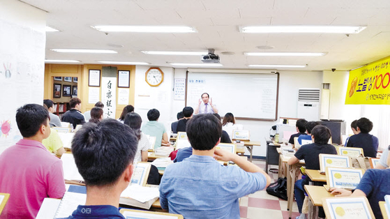 김용진 박사(가운데)가 3단계의 초고속 전뇌학습법에 대해 강연하고 있다.