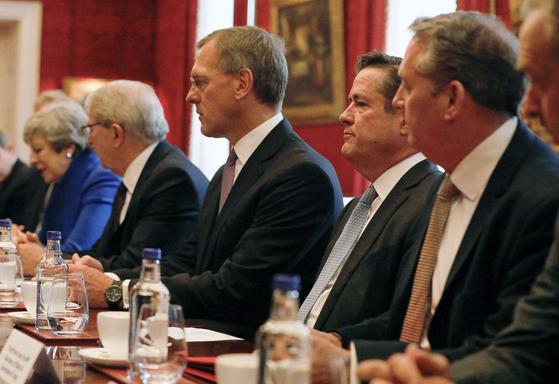 제임스 스털리(오른쪽에서 두번째) 현 바클레이즈 CEO가 지난 6월 테리사 메이 당시 영국 총리의가 소집한 회의에 참석해있다. [EPA=연합뉴스]