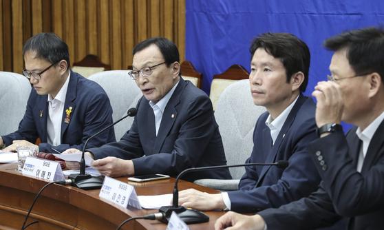 이해찬 더불어민주당 대표(왼쪽 두 번째)가 24일 국회에서 열린 확대간부회의에서 발언하고 있다. 임현동 기자