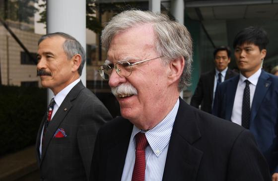 존 볼턴 미국 백악관 국가안보보좌관(왼쪽 두번째)이 24일 서울 종로구 외교부 청사에서 강경화 장관과 면담을 위해 이동 하고 있다.변선구 기자