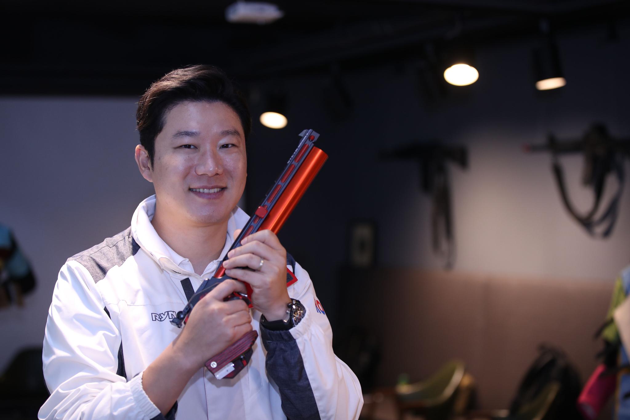 비비탄 총으로 파리를 잡아 화제가 된 진종오. 그는 세상에 하나뿐인 총으로 내년 도쿄에서 5번째 올림픽 금메달에 도전한다. 오종택 기자