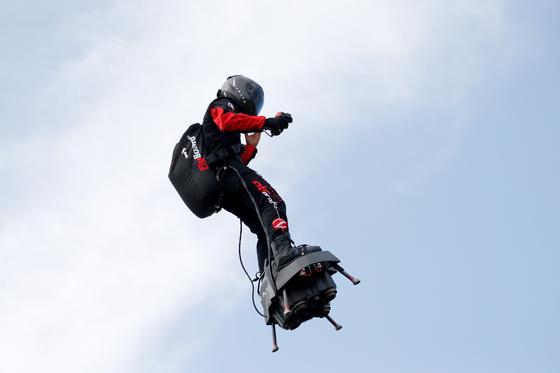 프랑스 발명가 프랭키 자파타가 24일(현지시간) 프랑스 칼레 상가트에서 비행보드를 타고 영국해협 횡단 연습비행을 하고 있다. [REUTERS=연합뉴스]