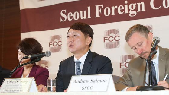 25일 프레스센터에서 열린 외신기자간담회에서 최재성 일본경제침략대책특위위원장이 발언하고 있다. [연합뉴스]