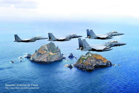 독도 상공을 날고 있는 한국 공군 F-15K [중앙포토]