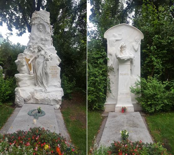 요한 슈트라우스의 묘지(왼쪽). 묘비에는 '왈츠의 왕'을 형상화한 왈츠 추는 아기들이 새겨져 있다. 오른쪽은 브람스의 묘지. 묘비에는 고뇌하는 브람스의 얼굴이 조각돼 있다. [사진 송의호]