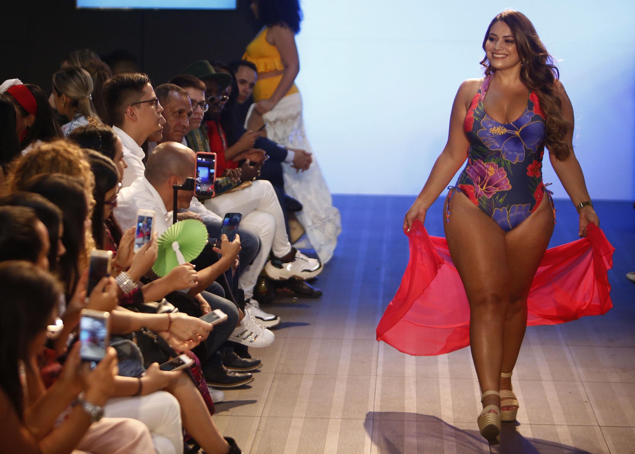 콜롬비아 메데진에서 중남미에서 가장 큰 패션쇼로 꼽히는 '콜롬비아모다 2019'가 23일(현지시간) 열렸다. 이날 한 모델이 다양한 체형의 일반인들에 맞춘 의상을 제작하는 콜롬비아 의류업체 '레벨'의 수영복을 입고 워킹을 하고 있다. [EPA=연합뉴스]