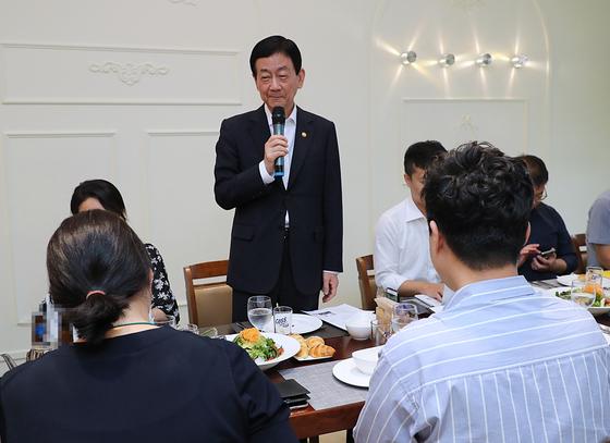 25일 진영 행정안전부 장관이 세종시 행정안전부 청사 인근 식당에서 기자들의 질문에 답하고 있다. [사진 행정안전부]