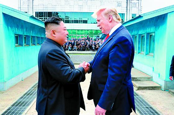 도널드 트럼프 미국 대통령이 지난달 30일 김정은 국무위원장과 판문점 군사분계선(DMZ)을 넘어가 악수하는 모습을 노동신문이 1일 보도했다. 북한이 이후 25일 만에 단거리 미사일 발사를 재개했다.[뉴시스]
