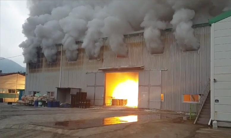 25일 오전 8시쯤 경남 밀양시 삼랑진읍 한 금속 제조공장에서 불이 나 연기가 치솟고 있다. [사진 경남소방본부]