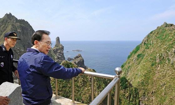 이명박 대통령이 2012년 8월 10일 전격적으로 독도를 방문했다. 독도를 방문한 이대통령은 주둔 경비대원들을 격려하고 주변을 둘러보았다. [ 사진공동취재단 ]