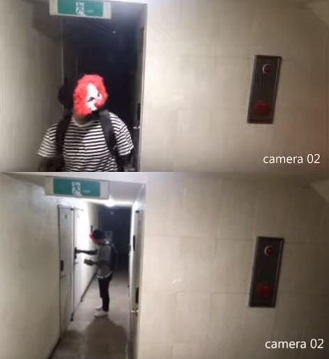 지난 23일 유튜브에 올라온 '신림동, 소름돋는 사이코패스 도둑 cctv 실제상황' 영상. 피에로 가면을 쓴 남성이 원룸 건물 복도를 서성이다 한 현관문 잠금장치 비밀번호를 누르고 있다. [사진 유튜브 영상 캡처]