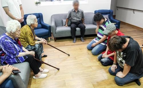 소녀상을 조롱한 청년들이 지난 24일 오후 경기도 광주시 나눔의집을 찾아 위안부 피해 할머니들에게 사죄했다. [연합뉴스]