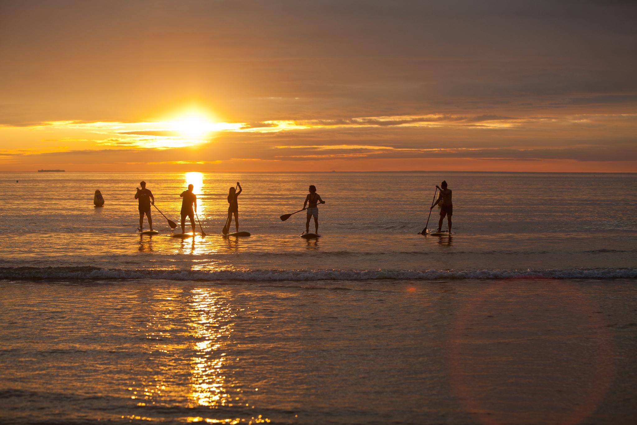 충남 태안 만리포 해수욕장에서 낙조를 감상하며 SUP를 즐기는 사람들. 만리포는 서핑 메카인 미국 캘리포니아와 분위기가 비슷하다 하여 '만리포니아'라는 별명을 얻었다. 최승표 기자