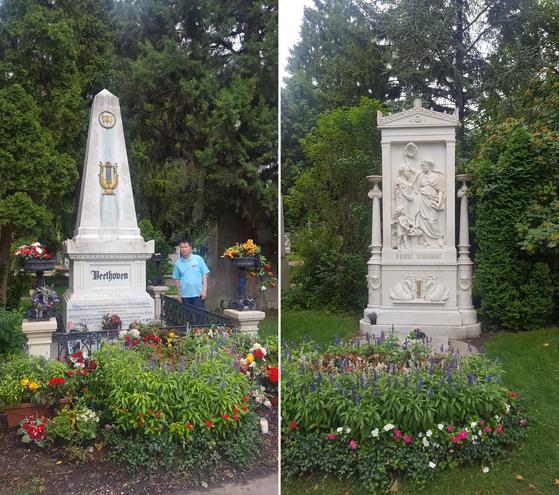베토벤의 묘지 옆에 선 필자(왼쪽). 묘비에는 금색 나비와 하프 조형물이 있다. 오른쪽은 슈베르트의 묘지. 여신 뮤즈가 슈베르트에게 월계관을 씌우는 묘비의 조각이 돋보인다. [사진 송의호]