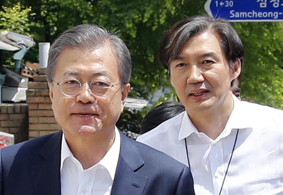 문재인 대통령과 조국 청와대 민정수석. [연합뉴스]