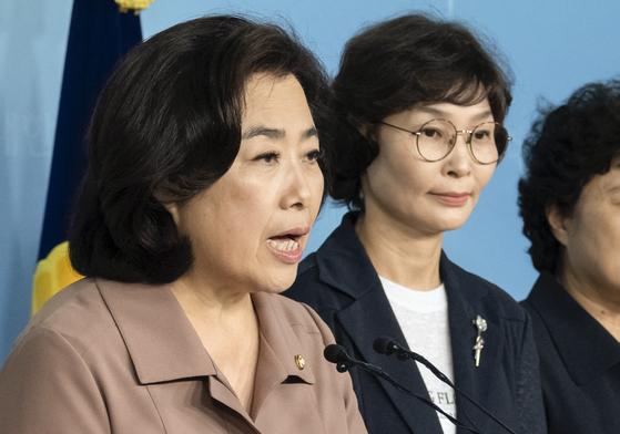 국회 국토교통위원장직 사퇴를 거부하고 있는 자유한국당 박순자 의원이 25일 오전 국회 정론관에서 사퇴 거부 이유 등을 밝히는 기자회견을 하고 있다. 임현동 기자