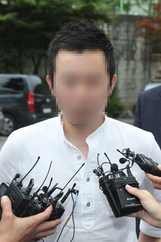 고유정의 현 남편 A씨가 24일 충북 청주상당경찰서에서 아들 사망 관련 조사에 앞서 취재진과 인터뷰를 하고 있다. [뉴스1]