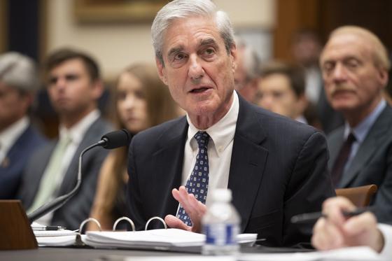 로버트 뮬러 전 미국 러시아 대선개입사건 특별검사가 24일 미 하원 법사위에서 증언하고 있다.[EPA=연합뉴스]