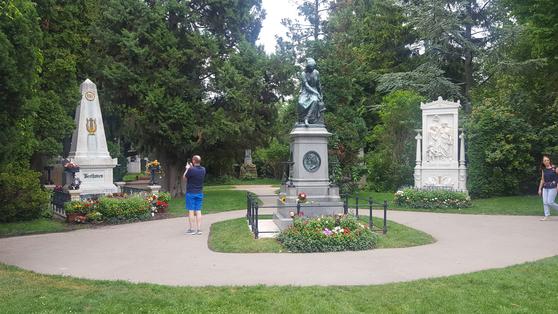 오스트리아 수도 빈(Wien) 교외에 있는 중앙묘지의 음악가 묘역. 왼쪽부터 베토벤 묘지, 모차르트 기념비, 슈베르트 묘지. [사진 송의호]