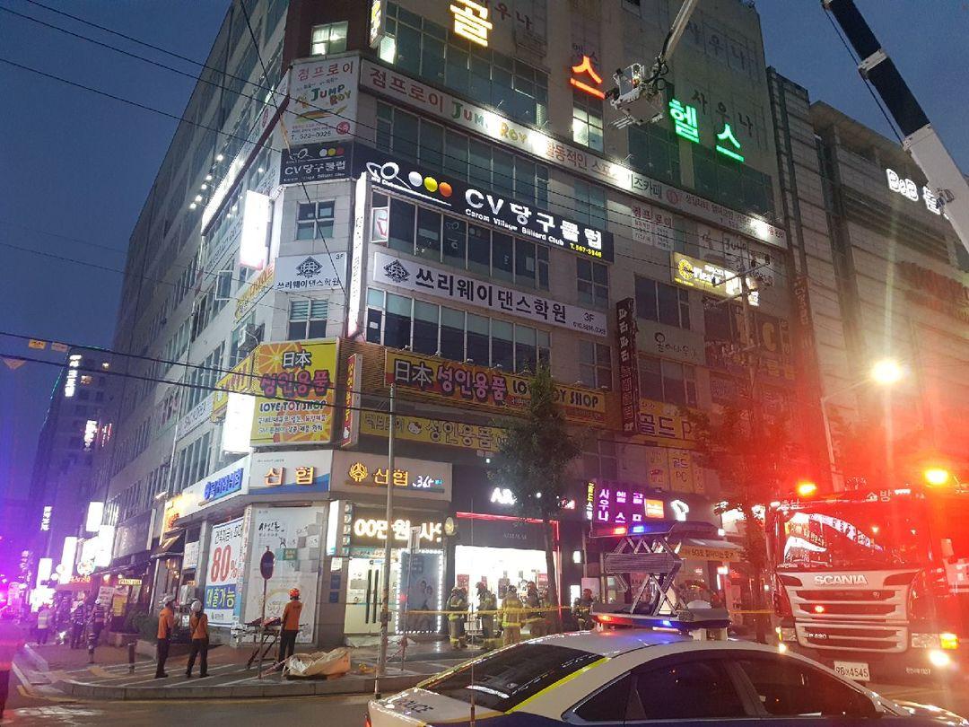 25일 오후 7시 24분쯤 충남 천안시 서북구 두정동의 8층 건물에서 화재가 발생했다. [뉴시스]