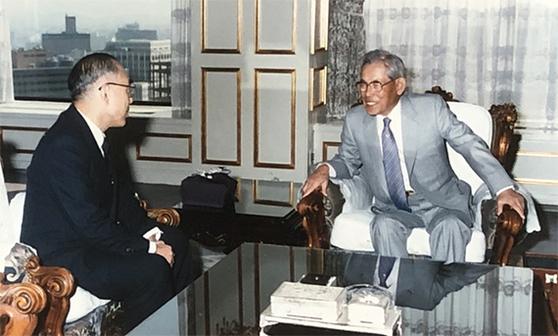 하마다 시게타카 박사가 한국을 찾아 고 이병철 삼성 회장과 환담하는 장면. 사진 뒷면엔 1986년 4월 1일이라고 적혀 있다. [사진 하마다]