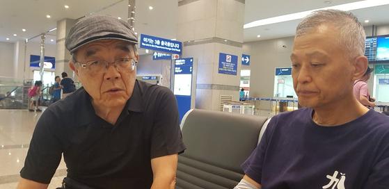 노모어 왜란 실행위원회 대표인 가와모토 요시아키씨(왼쪽)와 사무국장인 주문홍 목사(오른쪽)가 지난 23일 부산항에서 이야기를 나누고 있다. 이은지 기자