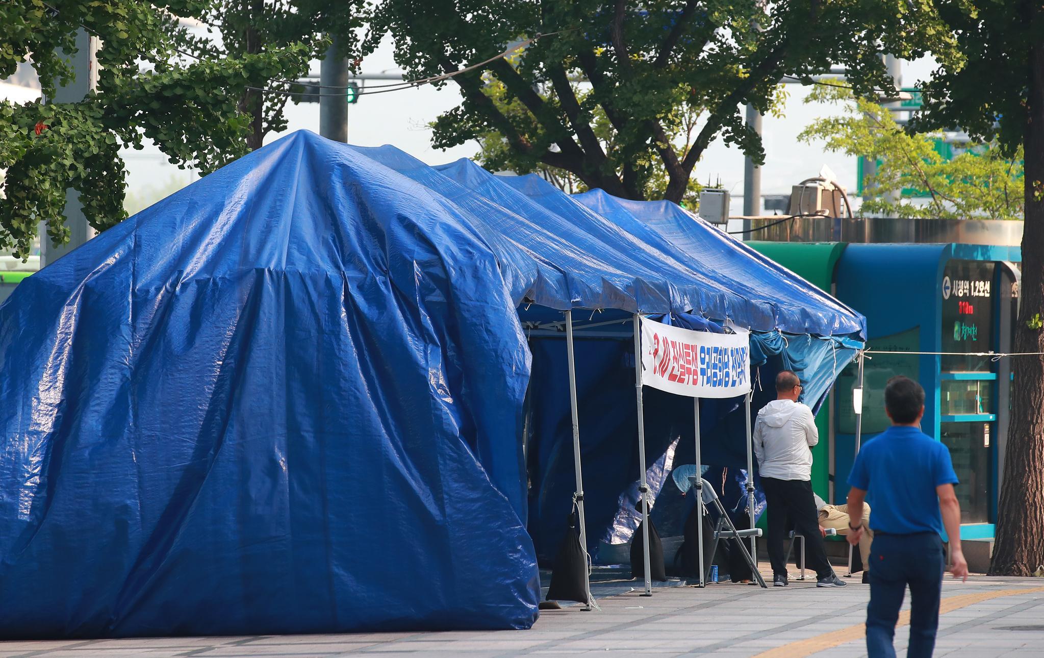 지난 19일 오전 서울 광화문광장 인근에 설치된 우리공화당 천막. [연합뉴스]