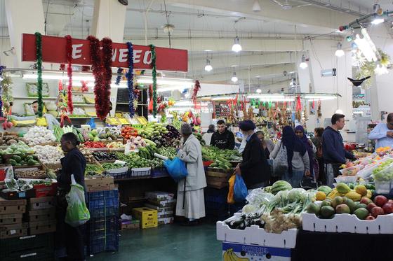 지난 5월 14일 영국 코번트리 시장. 쇼핑몰과 아케이드로 둘러싸여 있고 곳곳에 연결되는 통로가 마련돼 있다. 코번트리=전영선 기자