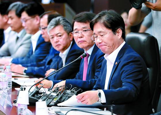 """성윤모 산업통상자원부 장관(오른쪽)이 1일 한국무역보험공사에서 열린 수출상황 점검회의에서 일본의 수출 규제에 대한 대응책을 밝히고 있다. 성 장관은 '수출제한 조치는 WTO 협정상 금지되고, 일본이 개최한 G20 정상회의 선언문의 합의 정신과도 정면으로 배치된다""""고 비판했다. [연합뉴스]"""