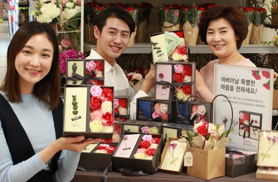 어버이날을 앞둔 지난 4일 서울 이마트 용산점에서 모델들이 '플라워 용돈박스'를 선보이고 있다. [연합뉴스]