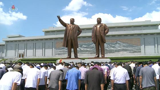 조선중앙TV는 김일성 주석 사망 25주기인 지난 8일 낮 12시 북한 주민들이 일제히 묵념하는 모습을 생중계했다. 북한 주민들이 평양 만수대언덕에 있는 김일성·김정일 동상 앞에서 묵념하고 있다. [연합뉴스]