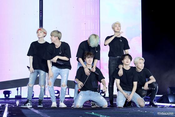 방탄소년단이 지난 4월 6일 태국 방콕에서 열린 BTS 월드투어 콘서트에서 공연하고 있다. [사진 BTS 공식 페이스북]