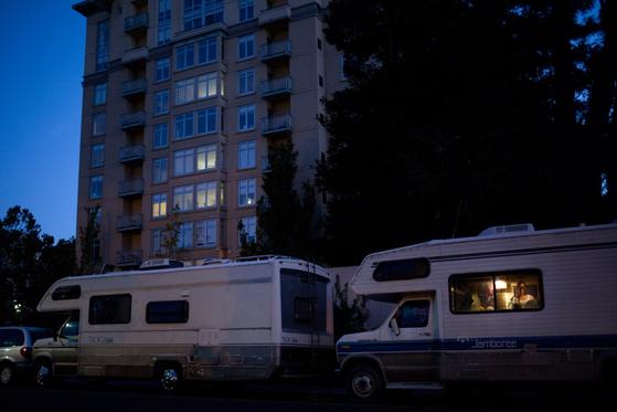 실리콘밸리 내 치솟은 집값 등으로 인해 거주할 공간을 찾지 못한 이들이 도로변에 캠핑카를 대고 임시거처로 쓰고 있다. [AP]