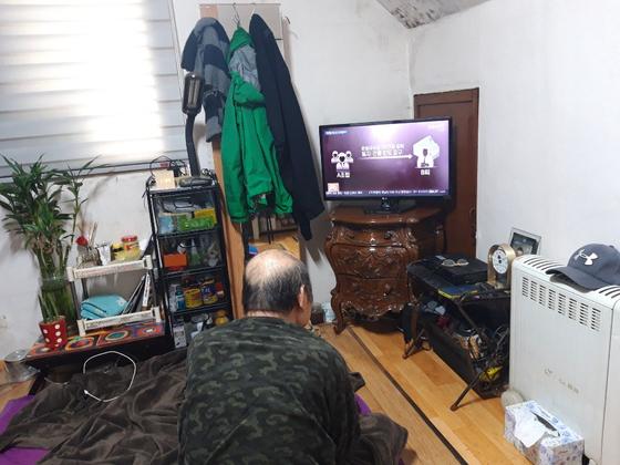 19일 낮 김명수(가명)씨가 서울시 송파구 자택에서 TV를 보고 있다.
