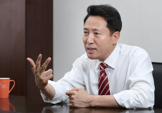 오세훈 전 서울시장은 유승민 바른미래당 의원이 자유한국당으로 돌아와야 한다는 입장이다.