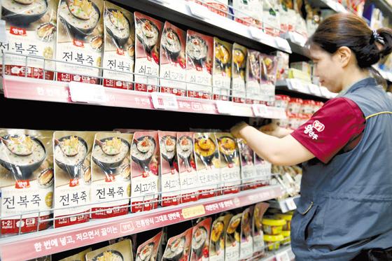동원F&B는 용기죽에 적용해오던 전통 공법을 파우치죽 제조에도 그대로 적용했다. 사진은 서울의 한 대형할인마트에서 직원이 동원F&B의 양반 파우치죽을 정리하고 있는 모습. [사진 동원F&B]