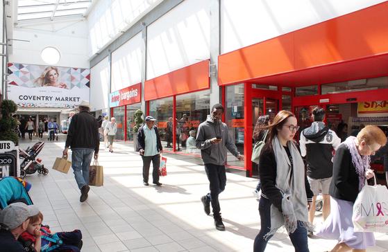 원형 구조인데다 옥상은 주차장인 영국 코번트리 시장은 현재 백화점과 쇼핑 아케이드에 둘러싸여 있다. 연결된 통로를 통해 소비자가 쉽게 오갈 수 있는 동선을 만들었다. 코번트리=전영선 기자
