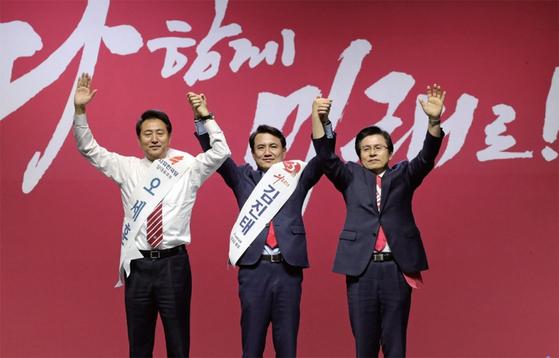 올 2월, 자유한국당 전당대회에서 당 대표 후보로 나선 오세훈(왼쪽) 전 서울시장이 당원들에게 인사하고 있다. / 사진:연합뉴스